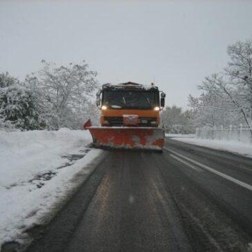 Због снежних падавина, Зимска служба ангажована у другом степену